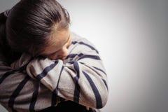 Femmes déprimées s'asseyant dans la chambre noire, seule, tristesse, concept émotif images libres de droits