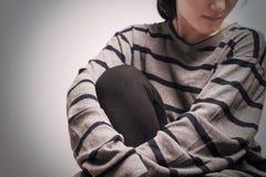 Femmes déprimées s'asseyant dans la chambre noire, seule, tristesse, concept émotif photos stock