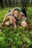 Femmes détendant dans la forêt Photographie stock libre de droits
