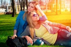 Femmes détendant en parc Image libre de droits