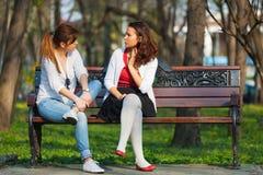 Femmes détendant en stationnement Images libres de droits