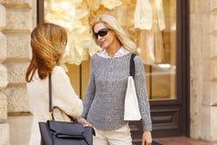 Femmes d'achats Images stock