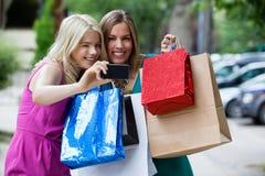 Femmes d'achats prenant la photographie Images libres de droits