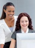 Femmes d'affaires à l'aide d'un ordinateur Photographie stock libre de droits