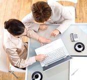 Femmes d'affaires à l'aide de l'ordinateur portable Photos libres de droits