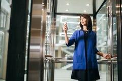 Femmes d'affaires adultes dans le costume utilisant le smartphone Photo libre de droits