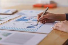 Femmes d'affaires analysant des rapports financiers de données sur la table en bois photos libres de droits