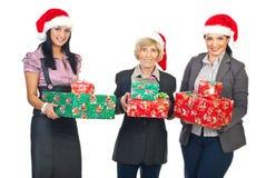 Femmes d'affaires avec des cadeaux de Noël Photographie stock libre de droits