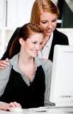 Femmes d'affaires avec l'ordinateur image stock