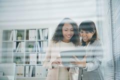 Femmes d'affaires avec le comprimé Images stock