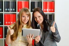Femmes d'affaires avec le comprimé d'ordinateur. Photo stock