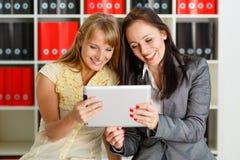 Femmes d'affaires avec le comprimé d'ordinateur. Image stock