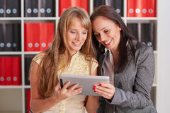 Femmes d'affaires avec le comprimé d'ordinateur Photographie stock libre de droits