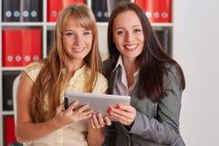 Femmes d'affaires avec le comprimé d'ordinateur Photos stock