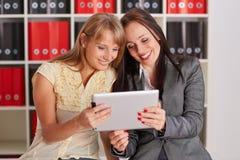 Femmes d'affaires avec le comprimé d'ordinateur Images libres de droits