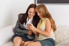 Femmes d'affaires avec le téléphone portable. Images stock