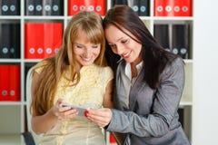 Femmes d'affaires avec le téléphone portable. Photo stock