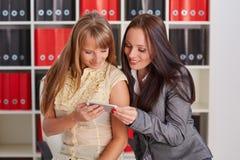 Femmes d'affaires avec le téléphone portable Images libres de droits