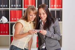 Femmes d'affaires avec le téléphone portable Image stock