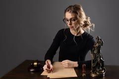 Femmes d'affaires d'avocat travaillant et signes de notaire les documents au bureau avocat de conseiller, juge et loi, mandataire images stock