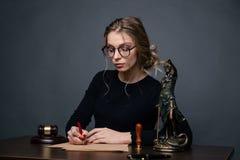 Femmes d'affaires d'avocat travaillant et signes de notaire les documents au bureau avocat de conseiller, juge et loi, mandataire photos libres de droits