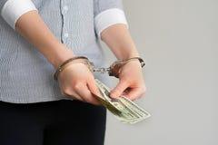 Femmes d'affaires dans des menottes avec un paiement illicite photos libres de droits