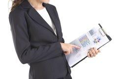 Femmes d'affaires dans le costume tenant le dossier noir avec des écritures sur le fond blanc pur Images stock