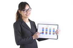 Femmes d'affaires dans le costume tenant le dossier noir avec des écritures sur le fond blanc pur Images libres de droits