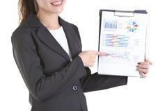 Femmes d'affaires dans le costume tenant le dossier noir avec des écritures sur le fond blanc pur Photographie stock