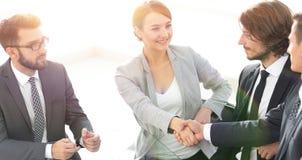 femmes d'affaires de poignée de main avec l'associé photographie stock libre de droits