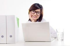 Femmes d'affaires de sourire sur le lieu de travail photographie stock