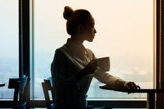 Femmes d'affaires en rencontrant le secteur de l'immeuble de bureaux Image stock