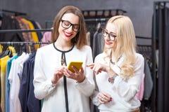 Femmes d'affaires faisant des emplettes dans le magasin d'habillement Photo libre de droits