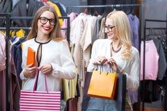 Femmes d'affaires faisant des emplettes dans le magasin d'habillement Images stock