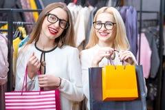 Femmes d'affaires faisant des emplettes dans le magasin d'habillement Photo stock