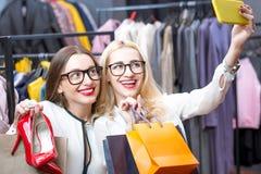 Femmes d'affaires faisant des emplettes dans le magasin d'habillement Photographie stock