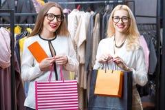 Femmes d'affaires faisant des emplettes dans le magasin d'habillement Photographie stock libre de droits
