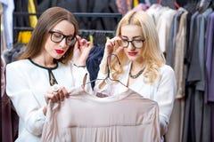 Femmes d'affaires faisant des emplettes dans le magasin d'habillement Photos libres de droits
