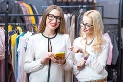 Femmes d'affaires faisant des emplettes dans le magasin d'habillement Image libre de droits