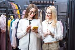 Femmes d'affaires faisant des emplettes dans le magasin d'habillement Image stock