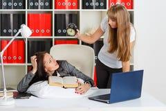 Femmes d'affaires fatiguées dans le bureau. Photos stock