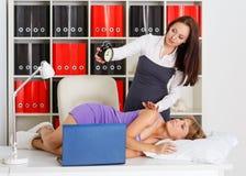 Femmes d'affaires fatiguées dans le bureau. Photo libre de droits