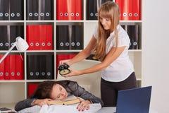 Femmes d'affaires fatiguées dans le bureau Images stock
