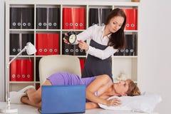 Femmes d'affaires fatiguées dans le bureau Image stock