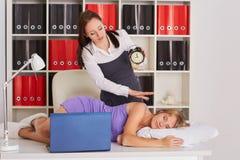 Femmes d'affaires fatiguées dans le bureau Images libres de droits
