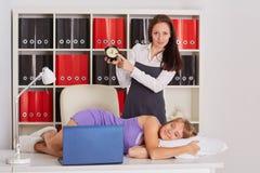 Femmes d'affaires fatiguées dans le bureau Photographie stock libre de droits