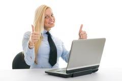 Femmes d'affaires heureuses avec l'ordinateur portatif Photos libres de droits
