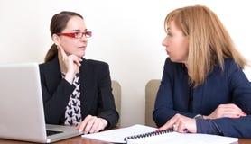 Femmes d'affaires inquiétées images stock
