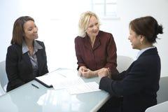 Femmes d'affaires lors d'un contact image libre de droits