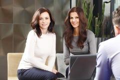 Femmes d'affaires lors de la réunion Images stock